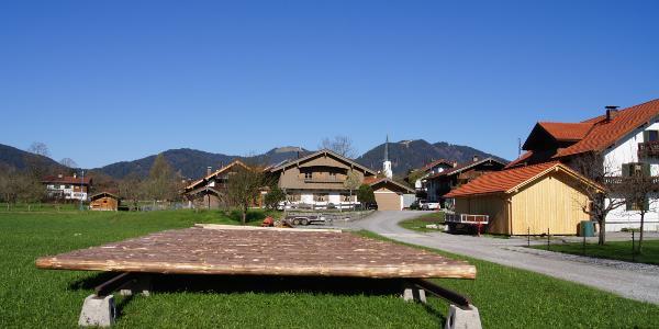 Am Ortsrand von Arzbach zeigen sich die Tagesziele zum ersten Mal