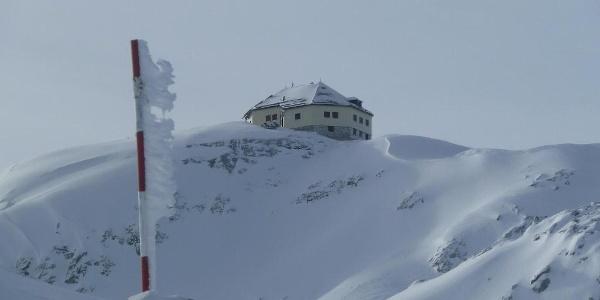 Matrashaus im Winter; der Anraum wächst entgegen die Windrichtung