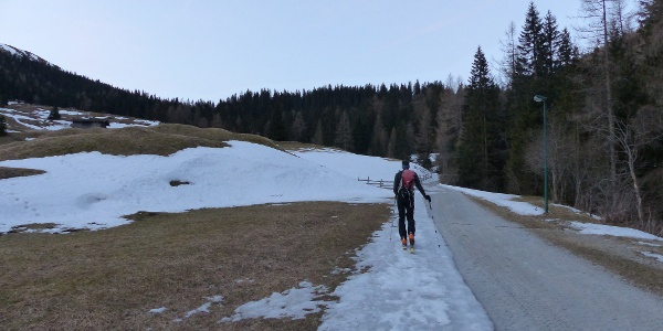 Im Frühjahr kann die Schneedecke im Tal bereits sehr dünn sein.