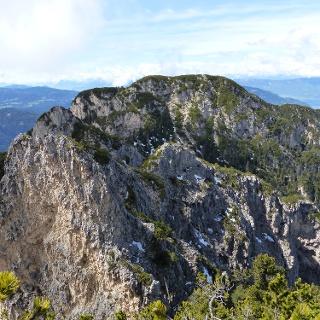 Die weiterführende Bergtour führt über die steile Nordseite.