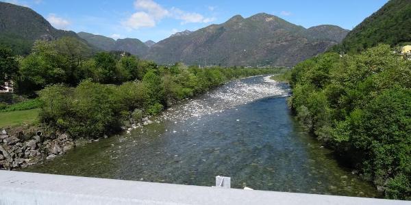"""0600 und Blick von der Maggia-Brücke flussaufwärts, 46°10'02.4""""N 8°46'30.0""""E"""