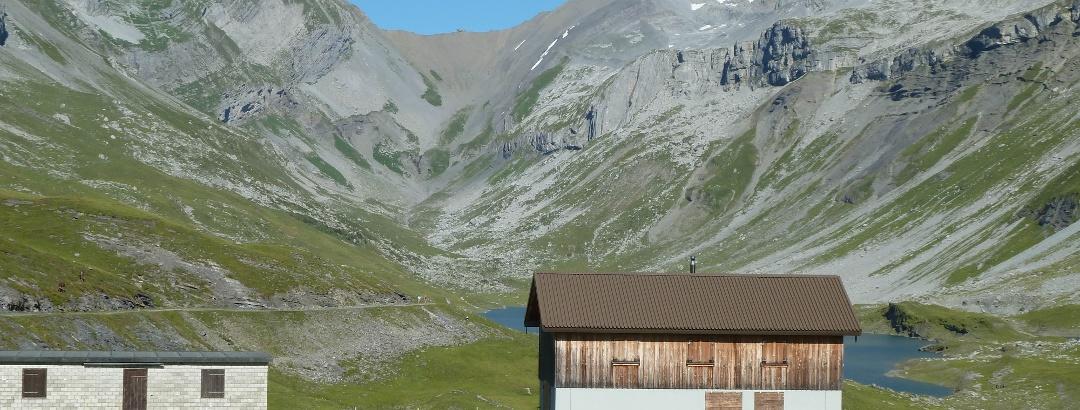 Blick ins weite Tal der Glattalp.  Links der markante Höch Turm, rechts der erste Gipfel  der Ortstock gefolgt vom Schijen.