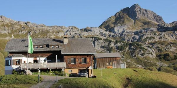 Biberacher Hütte, dahinter die Hochkünzelspitze