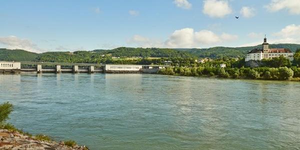 Donaukraftwerk Ybbs-Persenbeug & Schloss Persenbeug © Donau Niederösterreich/Klaus Engelmayer