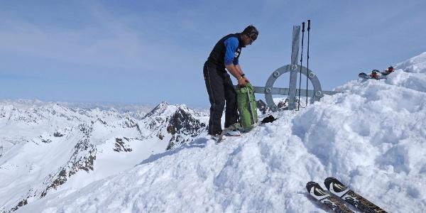 Winterliches Gipfelkreuz auf dem Fluchtkogel