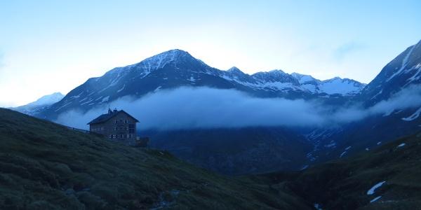 Martin Busch Hütte im Morgenlicht