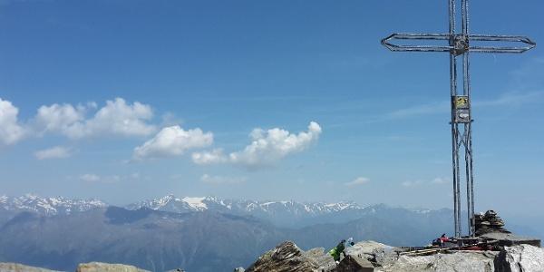 Am Gipfelkreuz der Laaser Spitze. Im Hintergrund die Ötztaler Gruppe mit dem Similaun
