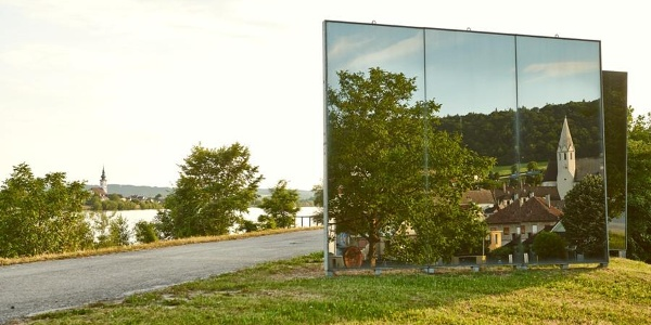 Spiegelskulptur auf Donaulände in Klein-Pöchlarn