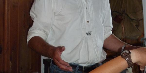 Hüttenwirt Martin Gamper bei der abendlichen Informationsrunde