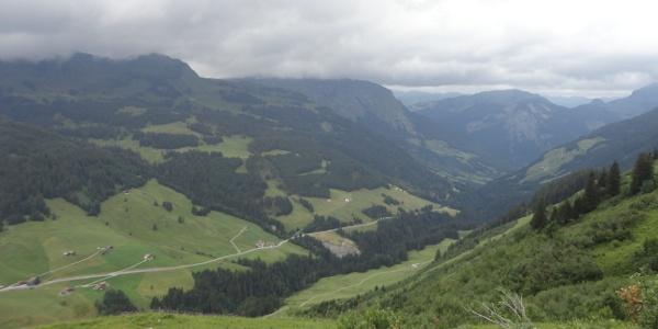 Blick von der Bartholomäusalpe über die Auffahrt von Au nach Damüls