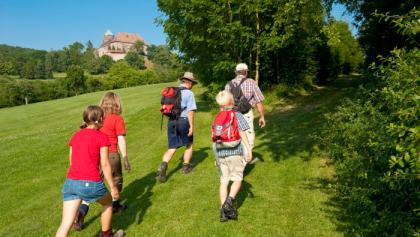 Wandern mit Blick auf Colmberg