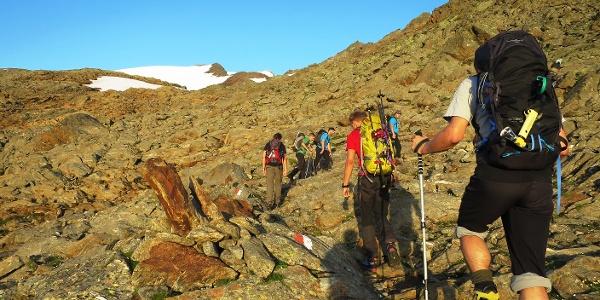 Auf halber Stecke wird erstmals der Gipfel sichtbar - links der Punkt 3222 m, rechts und noch unscheinbar der Wilde Freiger.