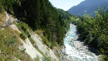 Blick Richtung Cumpadials. Rechts der Rhein, am linken Bildrand ein Teil des Weges