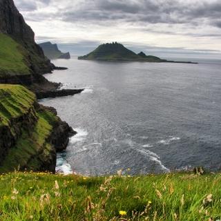Blick von Gásadalur auf die vorgelagerten Schäreninseln