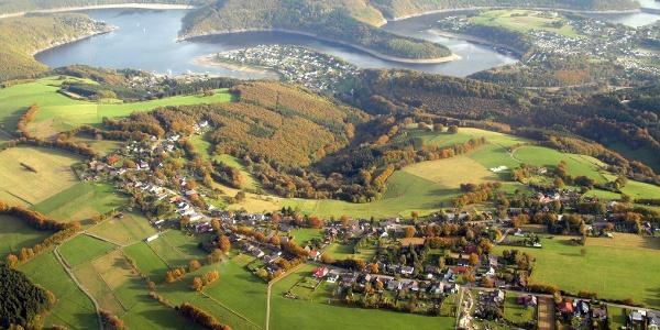 Eifelortschaften Hechelscheid und Woffelsbach vor der Kulisse des Nationalparks Eifel
