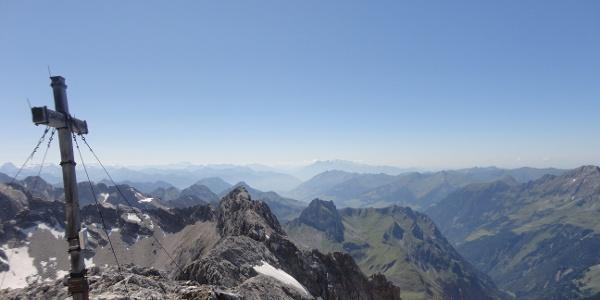 Aussicht vom Gipfel mit Kreuz