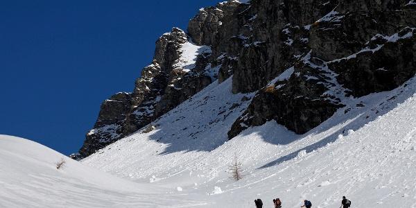 Eine Tälchen neben der Felswand der Girlitzspitze vermittelt den Übergang ins obere Lasörnkar