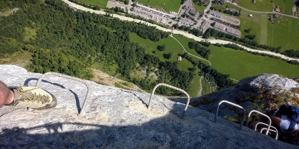 Tiefblick an der Basejump Absprungstelle High Ultimate am Klettersteig Mürren-Gimmelwald