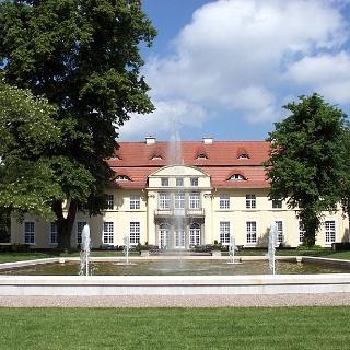 Schloss Hasenwinkel umgeben von Wasserspielen und historischem Schlosspark