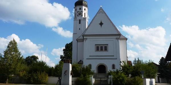 Kirche und Dorfbrunnen in Emmersdorf