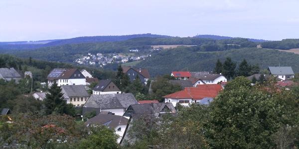 Blick über Oberbrombach zur Wildenburg