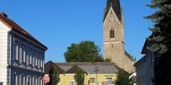 Die Kirche dominiert die Hauptstraße