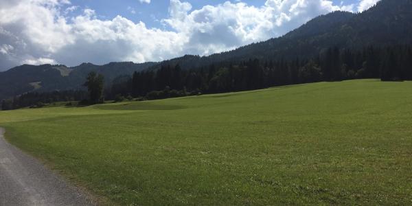 Blick auf den Wanderweg und die angrenzenden Berge