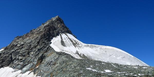 Ein Stück weiter oben. Hier sieht man bereits den starken Steinschlag aus dem Glocknerleitl. Denn man allerdings rechts (im Aufstiegssinne) ausweichen kann.
