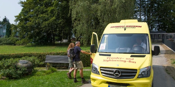 Wander- und Sightseeingbus am Wanderparklplatz in Schanze
