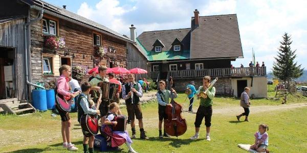 Musizieren und Feiern auf der Hinteralm
