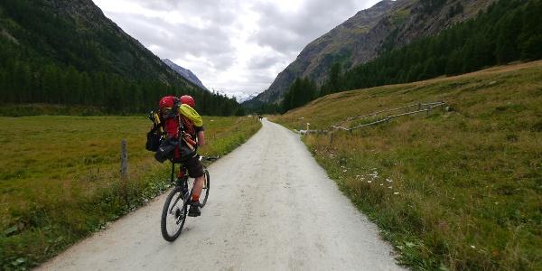 Den ersten Teil der Tour legen wir mit dem Mountainbike zurück