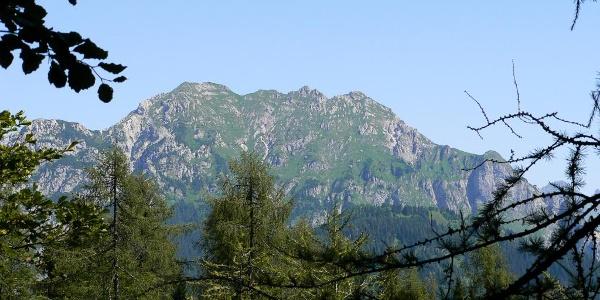 Il versante sud del monte Chiadin dove sale il sentiero che porta in vetta