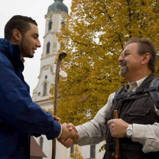 """Pilger vor der """"schönsten Dorfkirche"""" in Steinhausen"""