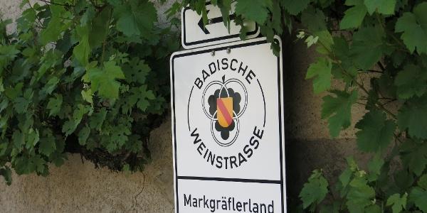 Das Schilder der Badischen Weinstraße führt durch das Markgräflerland