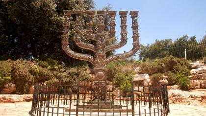 Der siebenarmige Leuchter vor der Knesset in Israel