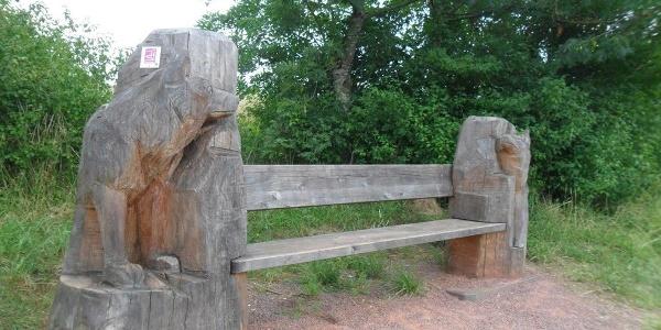 Sitzbank mit Wolfsmotiven