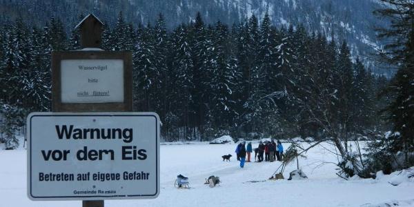 Warnung vor dem Eis am Hintersee