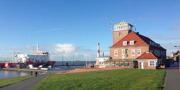 Schleifenroute - Blick vom Klimahaus auf den Deich und die Weser