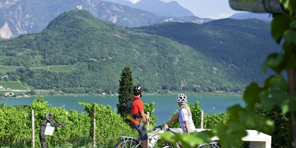 Blick auf den Kalterer See, den wärmsten Badesee der Alpen
