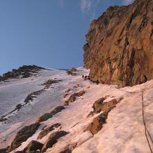 Am Anfang der Rampe. Wir wählten den Einstieg ganz oben bei der Felswand, nur dort war durchgängig Eis.