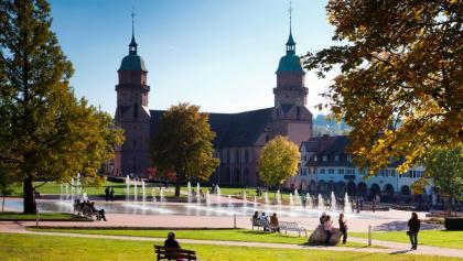 Der Untere Marktplatz in Freudenstadt mit Stadtkirche und Fontänen