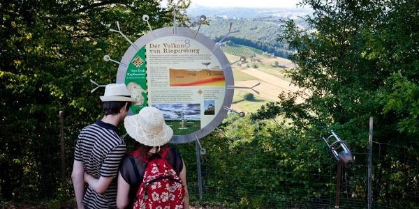 interessierte Wanderer am Geo-Trail