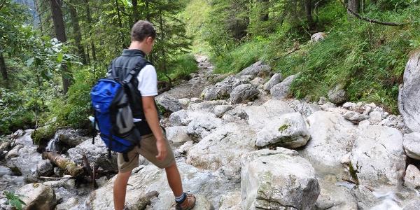 Bachquerung beim Abstieg über den Pfanngraben hinunter zur Valepp