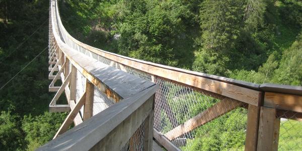 Hängebrücke aus Lärchenholz