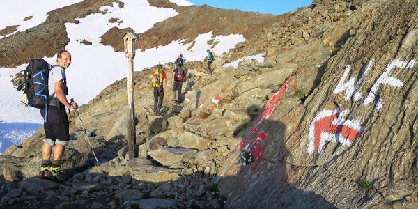 Etwas zuviel Farbe, außergwöhnlicher Bildstock, oben rechts der Gipfel.