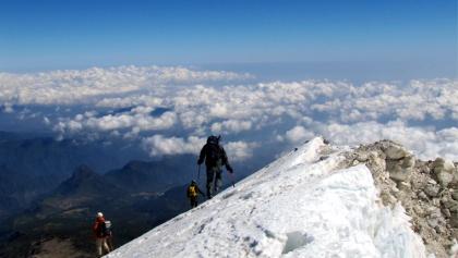 Abstieg, Gipfellippe 5582m rechts.