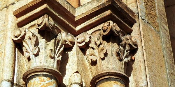 Kirche St. Peter und Paul - Stilvoll: Trotz der kurzen Bauzeit wurde am Detail nicht gespart. Als Baustoff diente der sogenannte Osning-Sandstein.