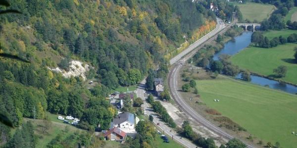 Blick vom Echofelsen hinunter zum Bahnhof Hausen im Tal
