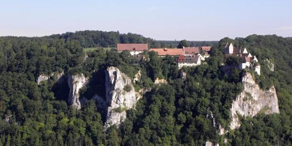 Blick vom Hohlen Felsen auf Schloss Werenwag
