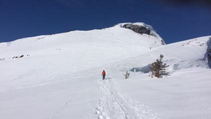 Abstieg im Hintergrund der Gipfel
